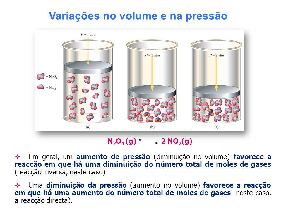 Variações no volume e na pressão N 2 O 4 (g) 2 NO 2 (g) Em geral, um aumento de pressão (diminuição no volume) favorece a reacção em que há uma diminu