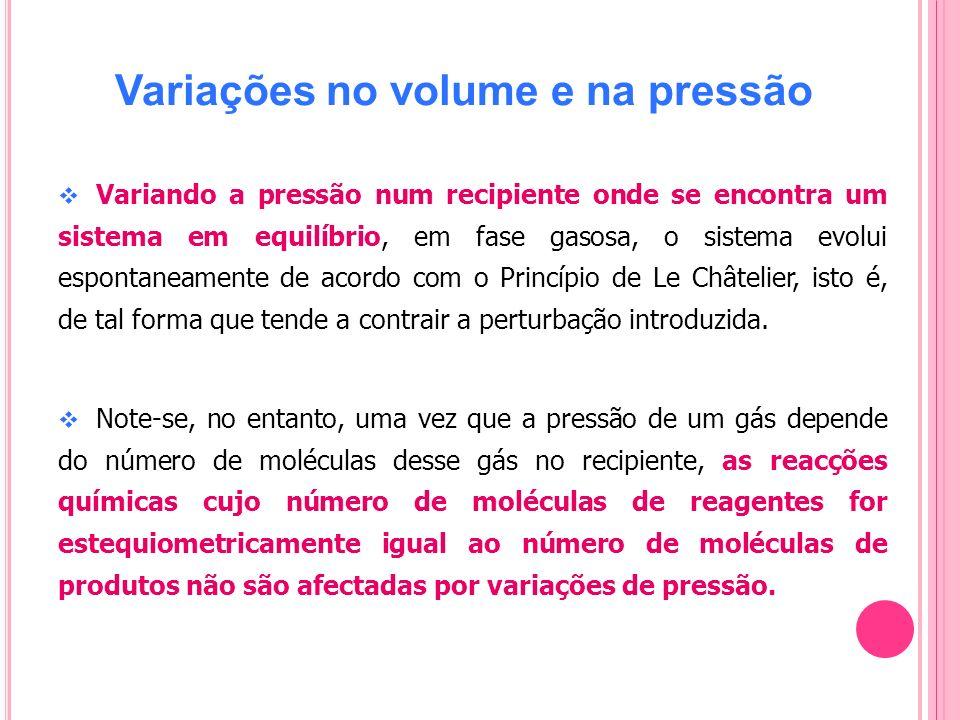 Variações no volume e na pressão Variando a pressão num recipiente onde se encontra um sistema em equilíbrio, em fase gasosa, o sistema evolui esponta