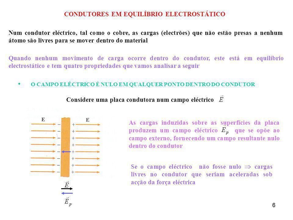 7 SE O CONDUTOR ISOLADO TIVER UMA CARGA LÍQUIDA, A CARGA EM EXCESSO FICA INTEIRAMENTE SOBRE SUA SUPERFÍCIE Utilizaremos a lei de Gauss para verificar a segunda propriedade do condutor em equilíbrio electrostático Desenhamos uma superfície gaussiana dentro do condutor tão próxima da superfície quanto desejarmos Como em qualquer ponto E = 0 Φ E = 0 portanto q in = 0 De acordo com a Lei de Gauss a carga só pode ficar na superfície do condutor