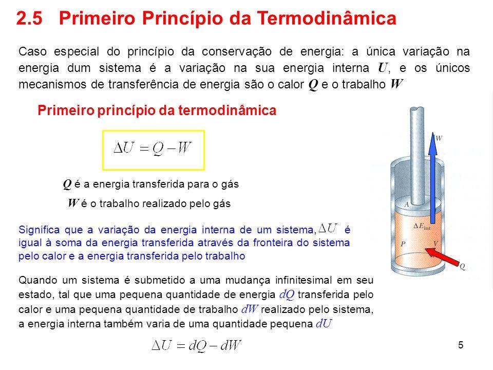 6 2.6 Algumas Aplicações do Primeiro Princípio da Termodinâmica Processos termodinâmicos: adiabático, isométrico (ou isocórico), isotérmico e o cíclico Processo adiabático Q=0 Todas as superfícies do pistão são isolantes perfeitos, de maneira que a transferência de energia pelo calor não existe Aplicando o primeiro princípio da termodinâmica O trabalho realizado pelo gás é negativo, representando a transferência de energia para dentro do sistema, de maneira que a energia interna aumenta.