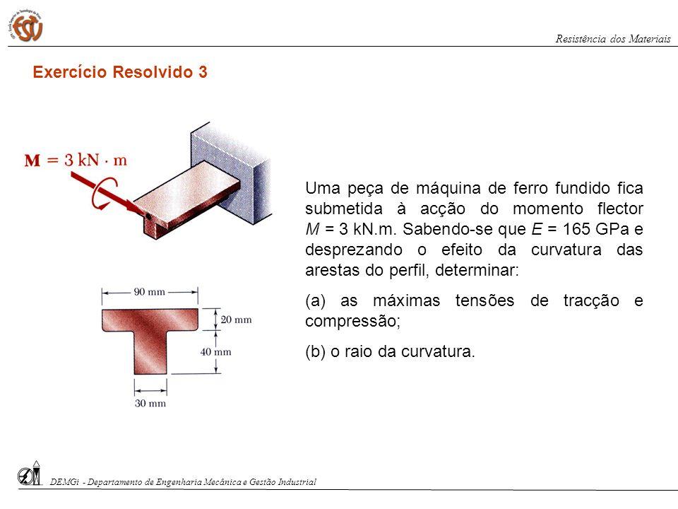 Uma peça de máquina de ferro fundido fica submetida à acção do momento flector M = 3 kN.m. Sabendo-se que E = 165 GPa e desprezando o efeito da curvat