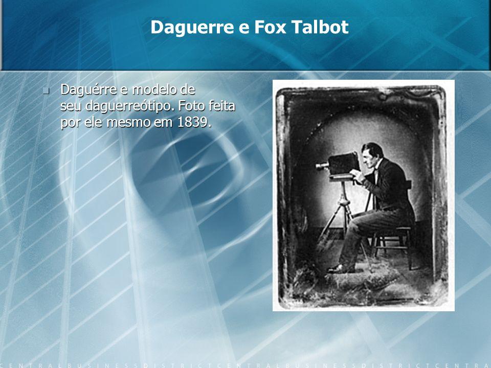 Daguérre e modelo de seu daguerreótipo. Foto feita por ele mesmo em 1839. Daguérre e modelo de seu daguerreótipo. Foto feita por ele mesmo em 1839. Da