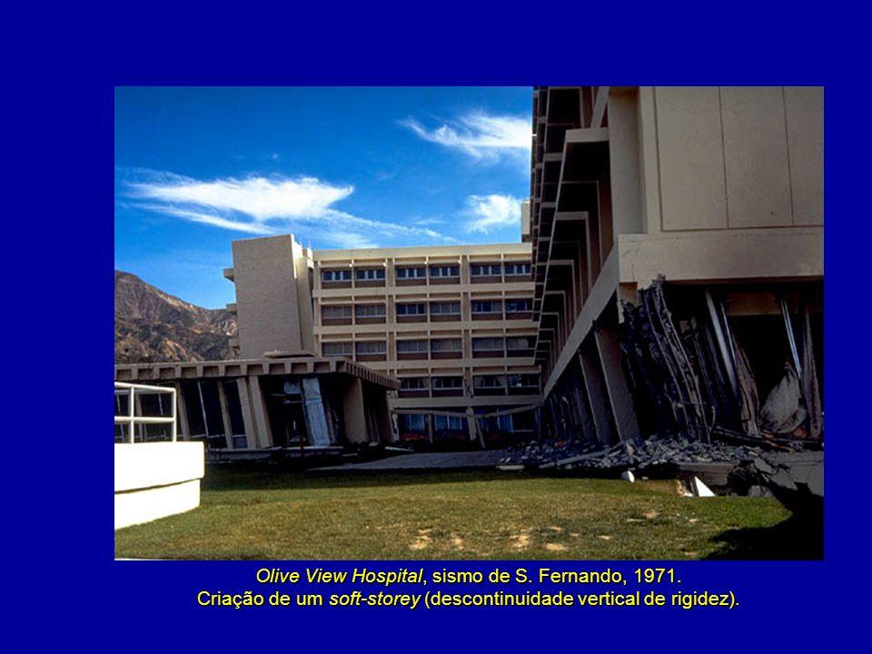 Olive View Hospital, sismo de S. Fernando, 1971. Criação de um soft-storey (descontinuidade vertical de rigidez).