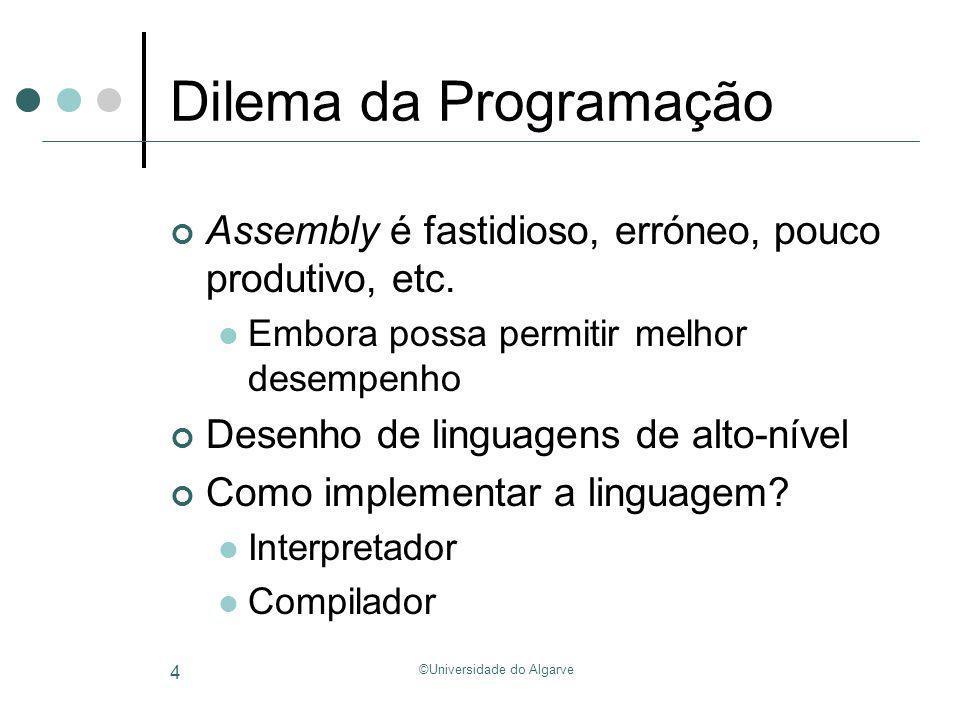 ©Universidade do Algarve 25 Do alto-nível ao assembly Exemplo com estrutura local: typedef struct { int x, y, z; } foo; fun() { foo *p; p->x = p->y + p->z; } fun:addi$sp, $sp, -16 … lw$t1, 0($sp) addi$t1, $t1, 8 lw$t2, 0($t1) lw$t1, 0($sp) addi$t1, $t1, 12 lw$t3, 0($t1) add$t3, $t2, $t3 lw$t1, 0($sp) addi$t1, $t1, 4 sw$t3, 0($t1) … addi$sp, $sp, 16 jr $ra Reserva espaço na pilha liberta espaço na pilha Endereço de p Load p->y Load p->z p->y + p->z store em p->x Memória z y x p address p->y address p->z address p->x Endereço de p