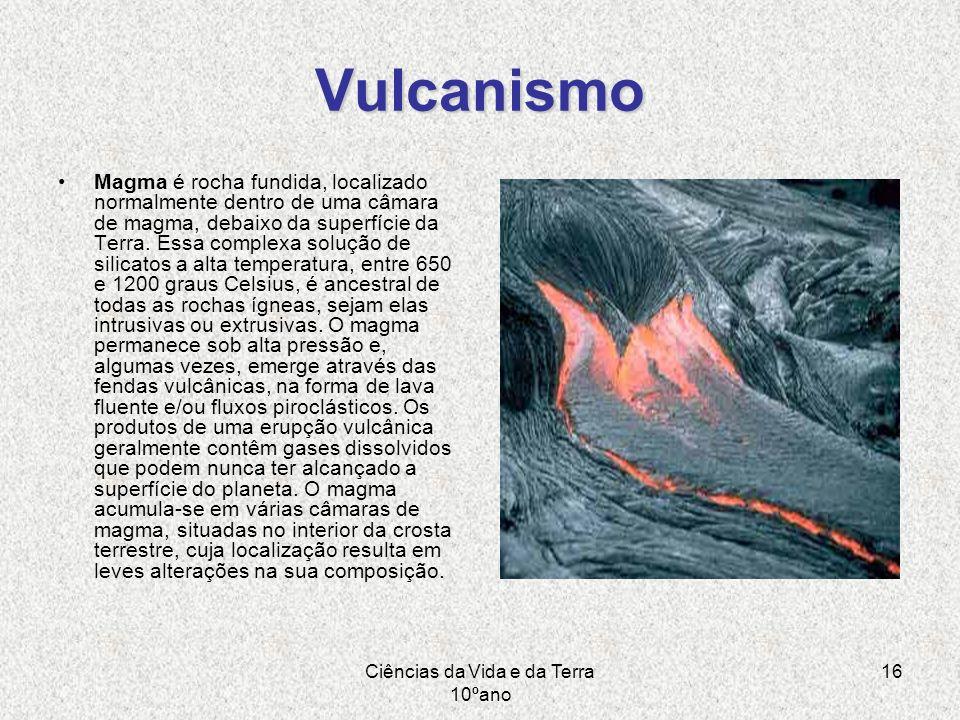 Ciências da Vida e da Terra 10ºano 16 Vulcanismo Magma é rocha fundida, localizado normalmente dentro de uma câmara de magma, debaixo da superfície da
