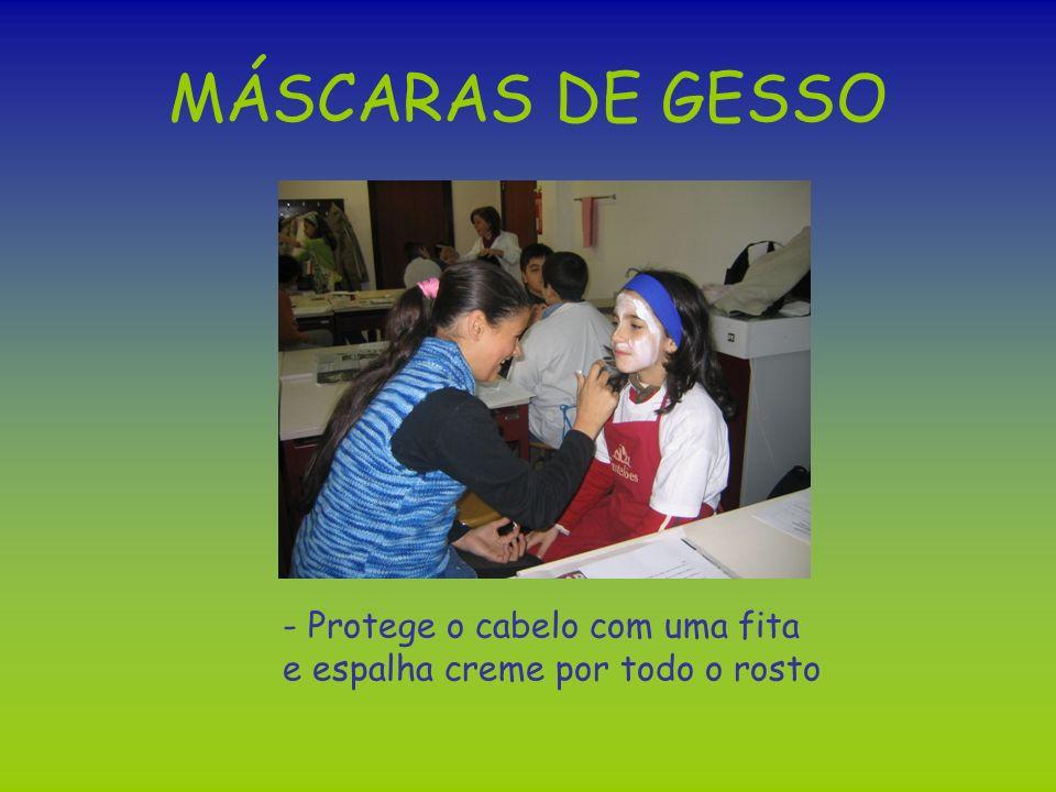 MÁSCARAS DE GESSO - Protege o cabelo com uma fita e espalha creme por todo o rosto