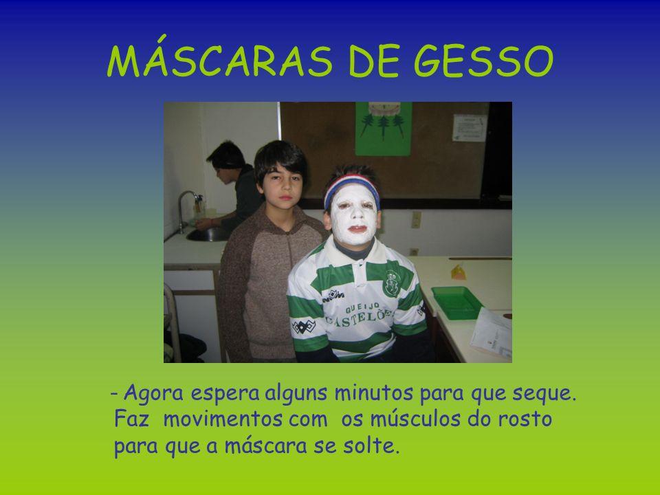 MÁSCARAS DE GESSO - Agora espera alguns minutos para que seque. Faz movimentos com os músculos do rosto para que a máscara se solte.