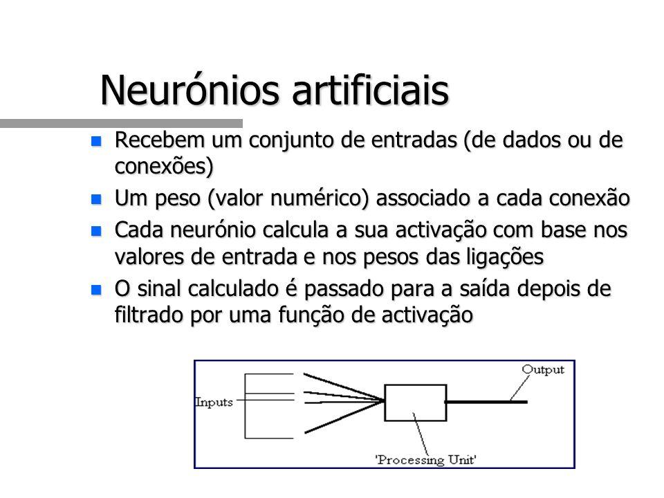 Neurónios artificiais n Recebem um conjunto de entradas (de dados ou de conexões) n Um peso (valor numérico) associado a cada conexão n Cada neurónio calcula a sua activação com base nos valores de entrada e nos pesos das ligações n O sinal calculado é passado para a saída depois de filtrado por uma função de activação