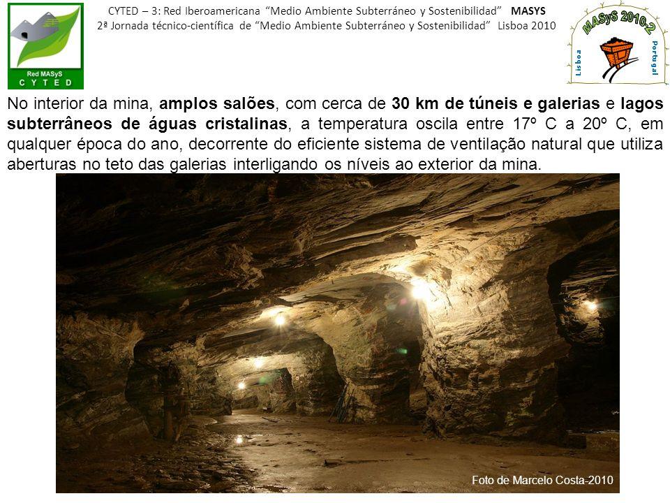 No interior da mina, amplos salões, com cerca de 30 km de túneis e galerias e lagos subterrâneos de águas cristalinas, a temperatura oscila entre 17º