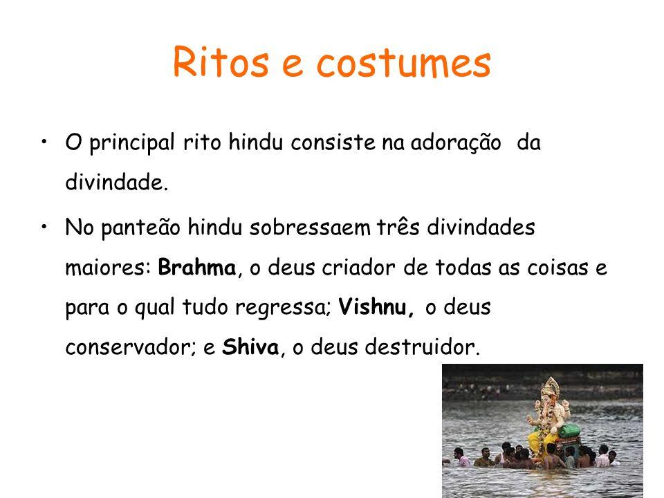 Ritos e costumes O principal rito hindu consiste na adoração da divindade. No panteão hindu sobressaem três divindades maiores: Brahma, o deus criador