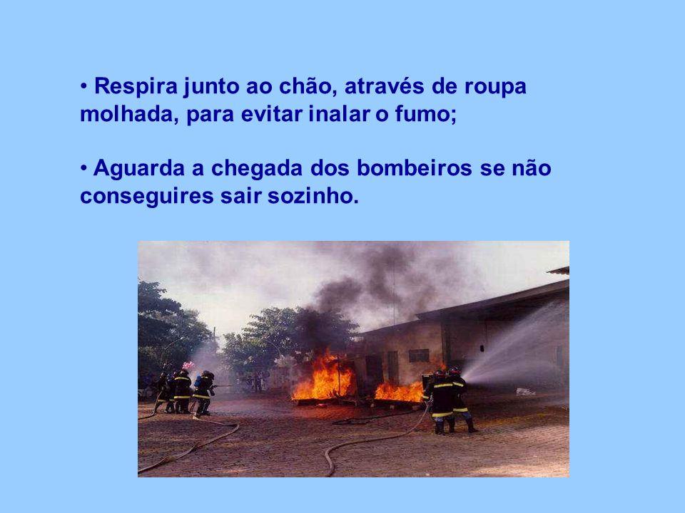 Respira junto ao chão, através de roupa molhada, para evitar inalar o fumo; Aguarda a chegada dos bombeiros se não conseguires sair sozinho.