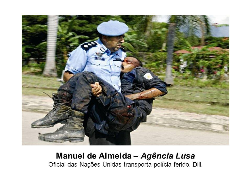 Manuel de Almeida – Agência Lusa Oficial das Nações Unidas transporta polícia ferido. Dili.