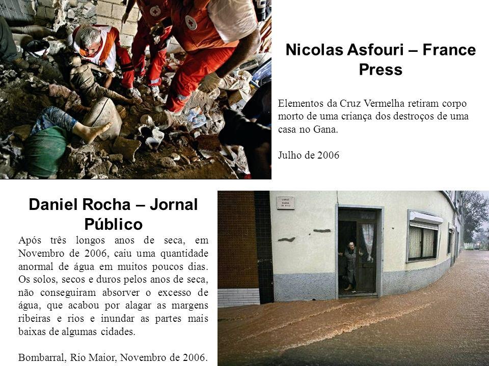 Nicolas Asfouri – France Press Elementos da Cruz Vermelha retiram corpo morto de uma criança dos destroços de uma casa no Gana.