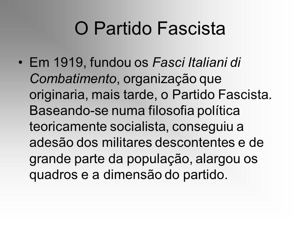 O Partido Fascista Em 1919, fundou os Fasci Italiani di Combatimento, organização que originaria, mais tarde, o Partido Fascista. Baseando-se numa fil