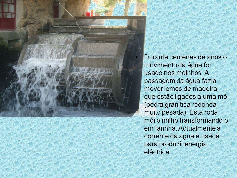 Durante centenas de anos o movimento da água foi usado nos moinhos. A passagem da água fazia mover lemes de madeira que estão ligados a uma mó (pedra