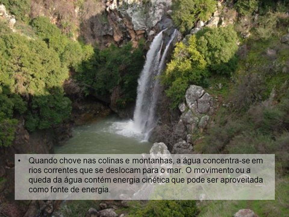 Quando chove nas colinas e montanhas, a água concentra-se em rios correntes que se deslocam para o mar. O movimento ou a queda da água contém energia