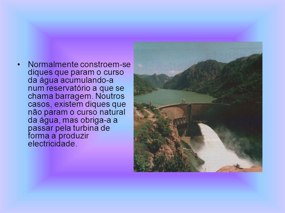 Normalmente constroem-se diques que param o curso da água acumulando-a num reservatório a que se chama barragem. Noutros casos, existem diques que não