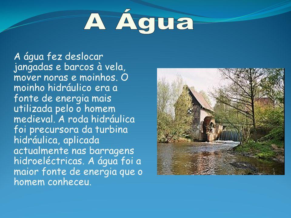 As turbinas são movidas pela pressão da água que se encontra armazenada na barragem.