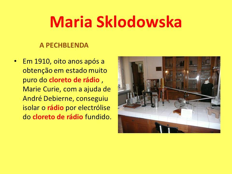 Em 1910, oito anos após a obtenção em estado muito puro do cloreto de rádio, Marie Curie, com a ajuda de André Debierne, conseguiu isolar o rádio por