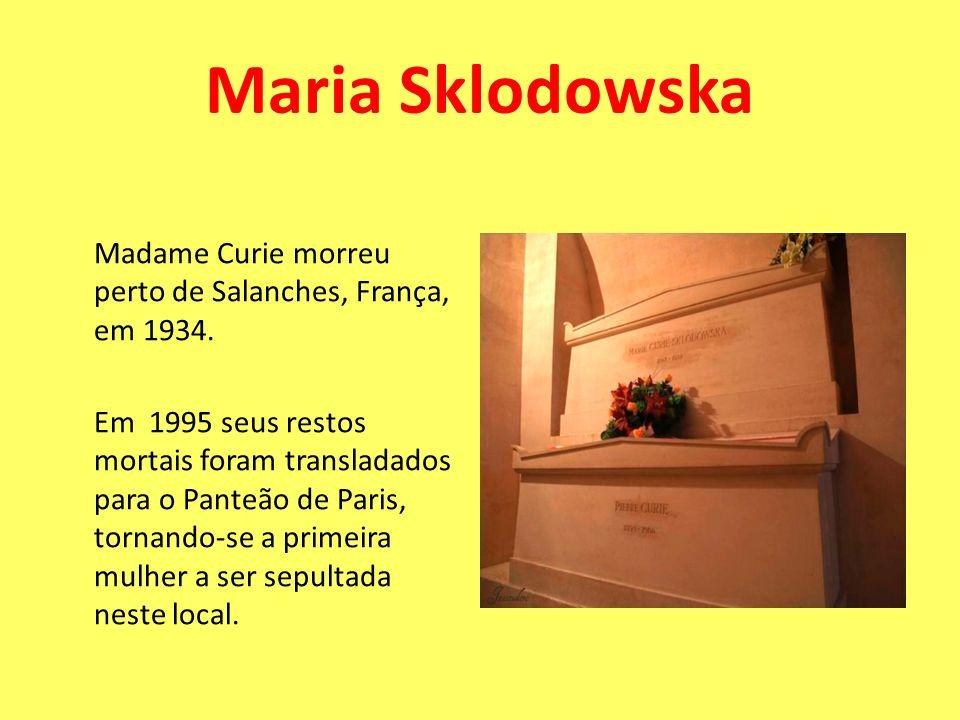 Madame Curie morreu perto de Salanches, França, em 1934. Em 1995 seus restos mortais foram transladados para o Panteão de Paris, tornando-se a primeir