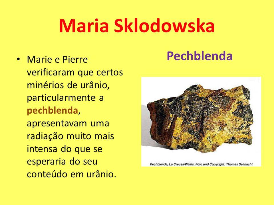 Marie e Pierre verificaram que certos minérios de urânio, particularmente a pechblenda, apresentavam uma radiação muito mais intensa do que se esperar