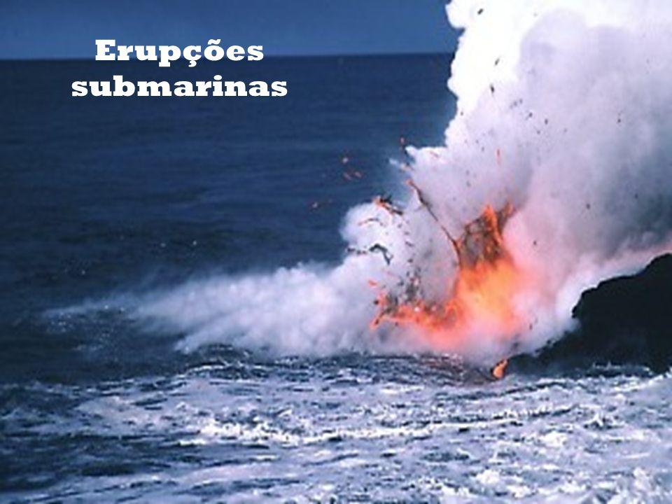 Erupções que ocorrem à superfície Erupções que ocorrem nos fundos marinhos. Se o cone vulcânico atingir a superfície formam-se as ilhas vulcânicas Ex: