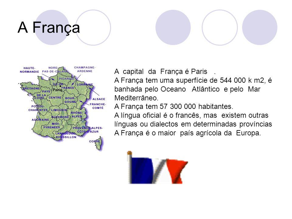 A França A capital da França é Paris. A França tem uma superfície de 544 000 k m2, é banhada pelo Oceano Atlântico e pelo Mar Mediterrâneo. A França t