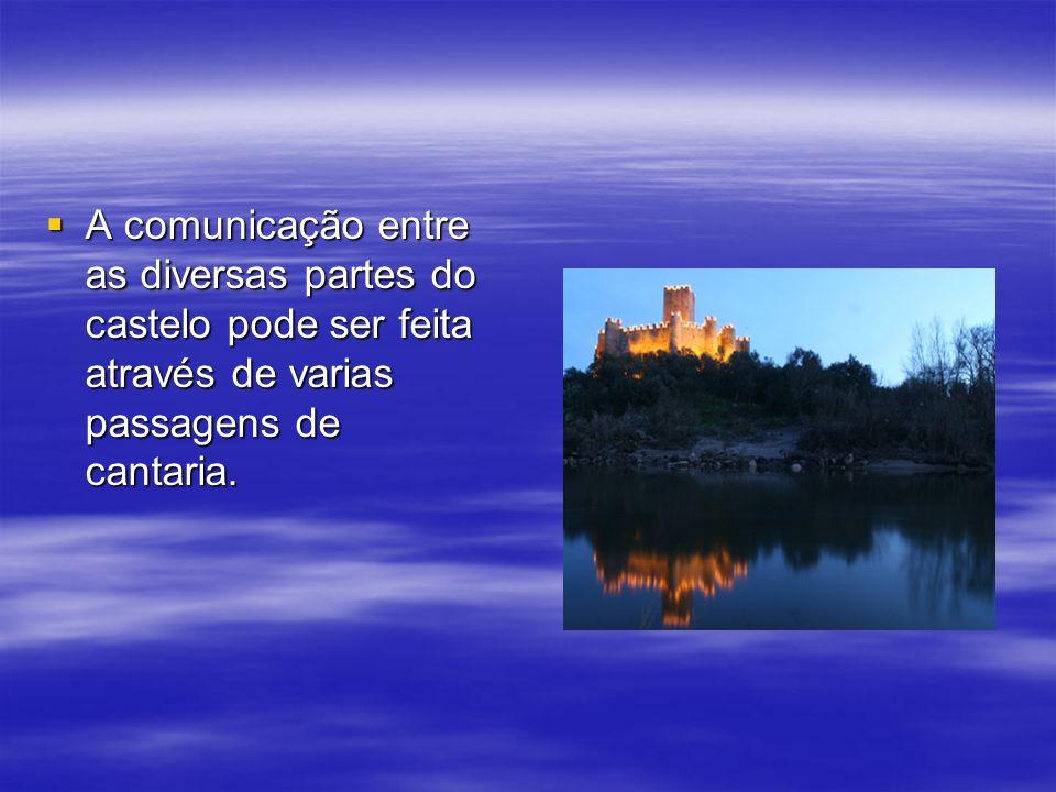 A comunicação entre as diversas partes do castelo pode ser feita através de varias passagens de cantaria. A comunicação entre as diversas partes do ca