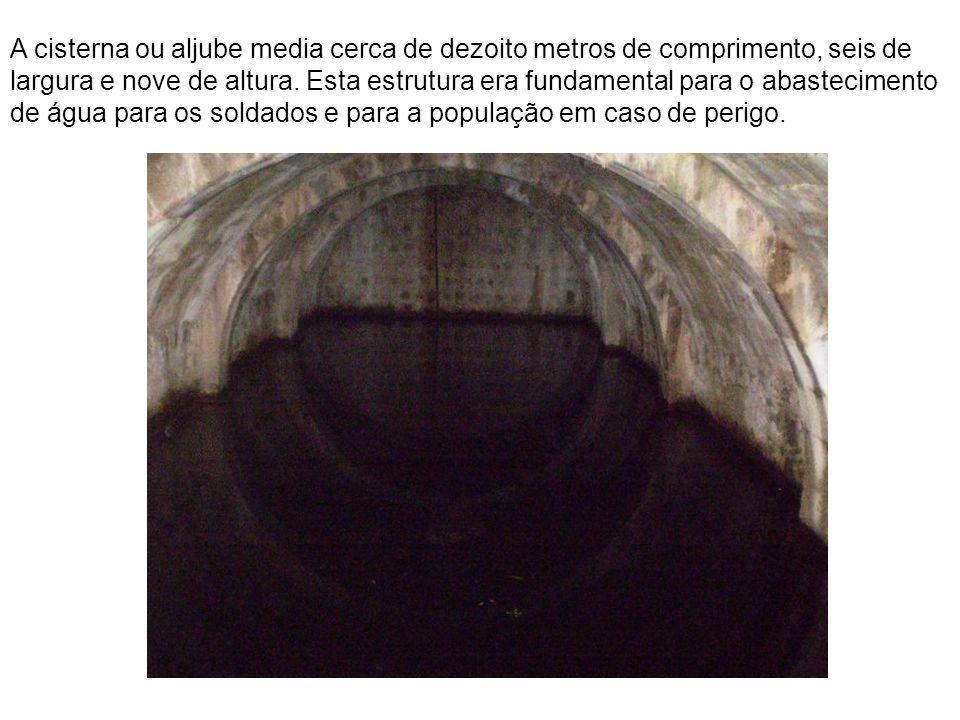 A cisterna ou aljube media cerca de dezoito metros de comprimento, seis de largura e nove de altura.