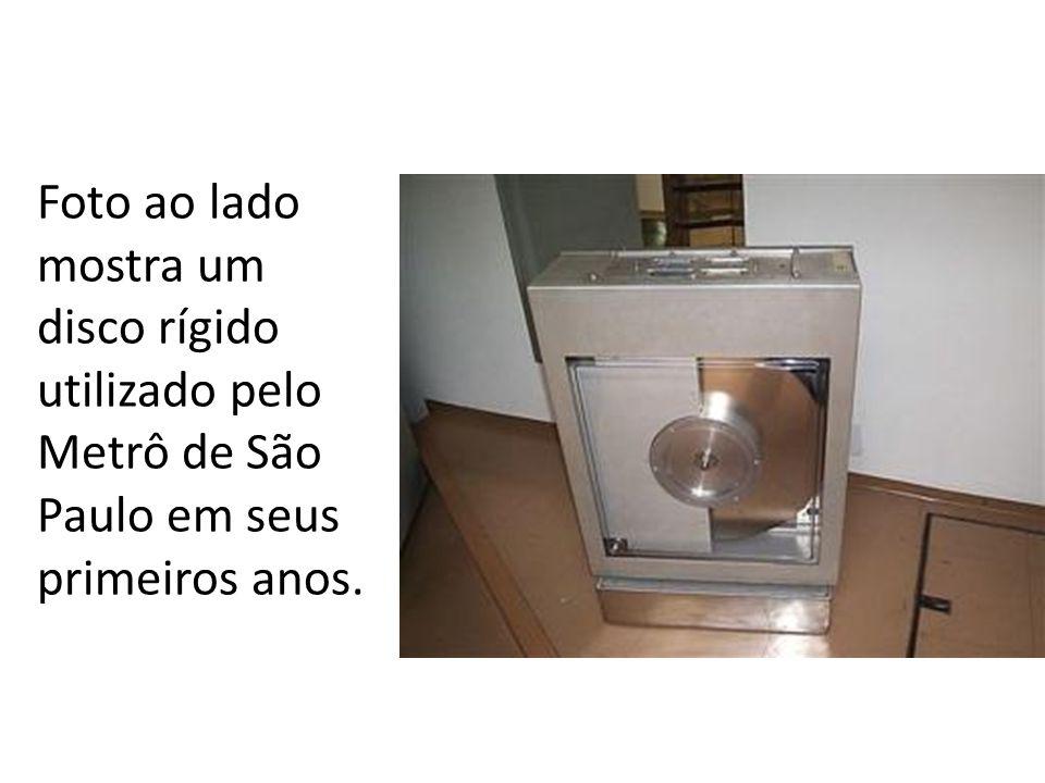 Foto ao lado mostra um disco rígido utilizado pelo Metrô de São Paulo em seus primeiros anos.