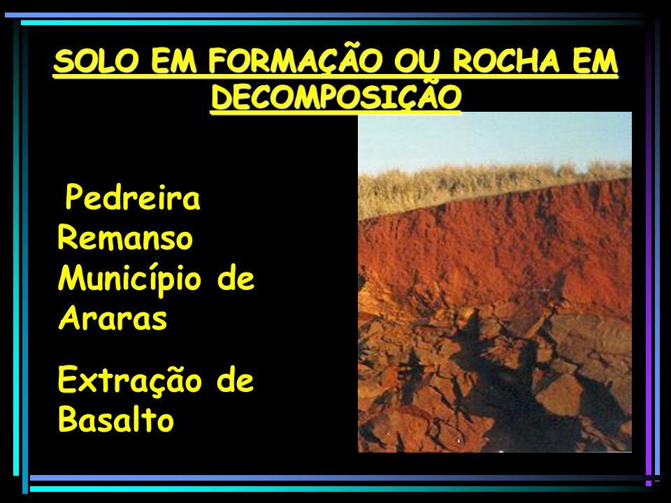 Ação do Intemperismo, evidenciando a decomposição do basalto, produzindo o conhecido Solo Brita, utilizado em construções de estradas como material de transição do leito à base da pavimentação.