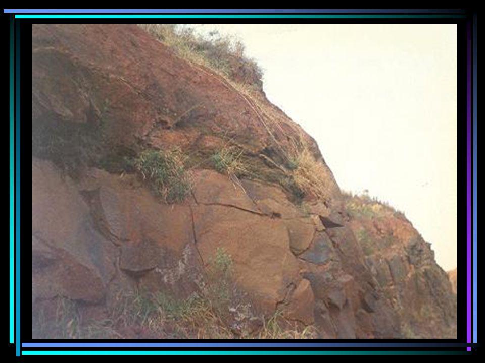 Imagem do caminho de transporte de rochas por meio de caminhões fora de estrada OFF-ROAD Imagem da vala e canal de escoamento das águas percoladas pelas brechas e fraturas da jazida e águas eventuais das chuvas.