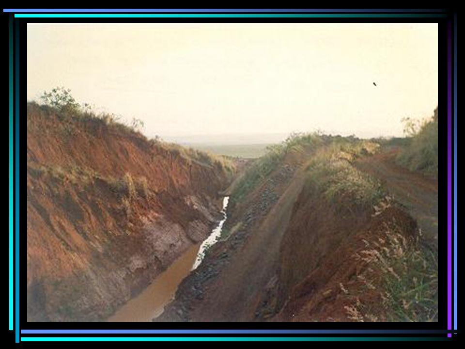 Imagem das bancadas de extração de basalto e também rochas soltas prontas para o transporte para a produção de britas conforme os diâmetros, são as denominadas pedra marroada ou pedra de mão (assentadas manualmente).