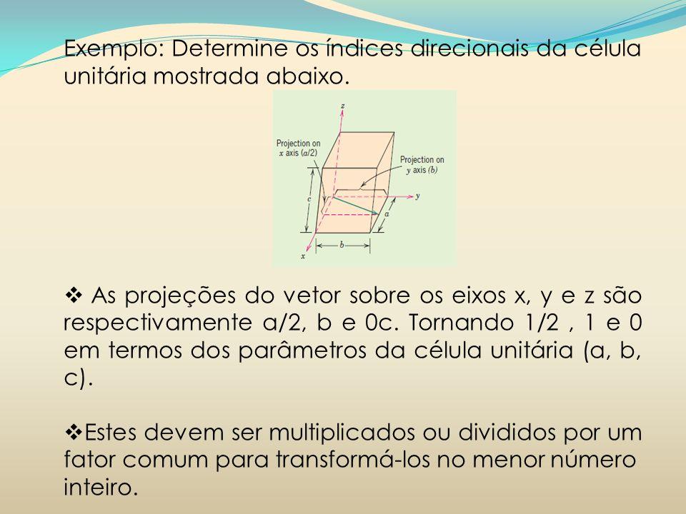 Exemplo: Determine os índices direcionais da célula unitária mostrada abaixo. As projeções do vetor sobre os eixos x, y e z são respectivamente a/2, b