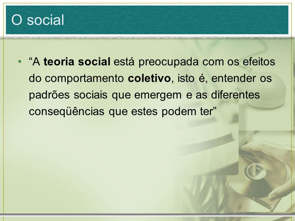 O social A teoria social está preocupada com os efeitos do comportamento coletivo, isto é, entender os padrões sociais que emergem e as diferentes con