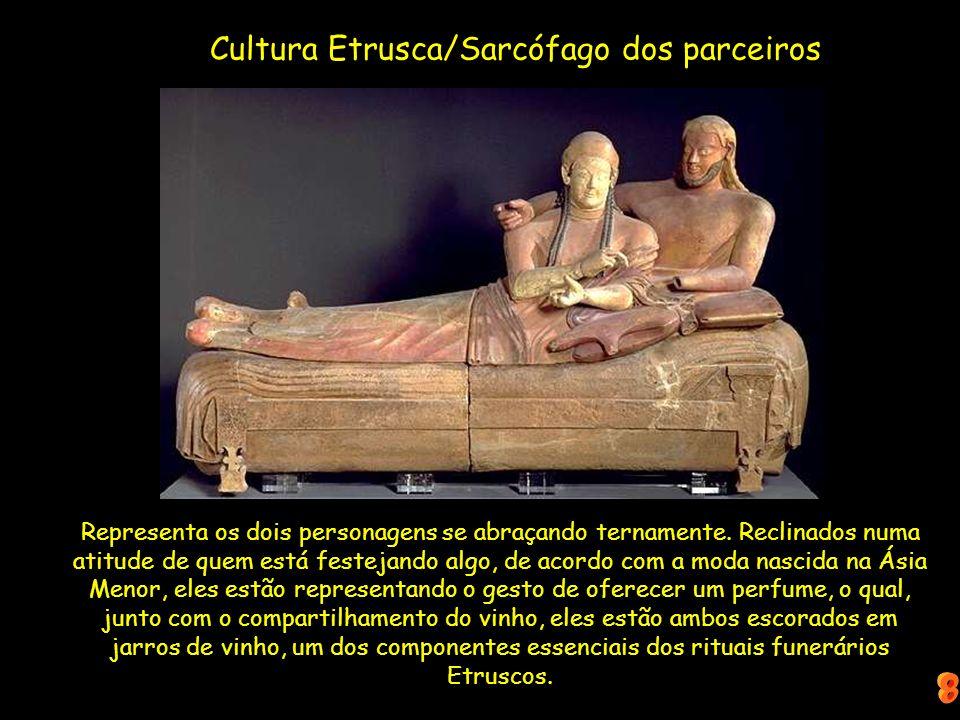 Cultura Etrusca/Sarcófago dos parceiros Representa os dois personagens se abraçando ternamente. Reclinados numa atitude de quem está festejando algo,