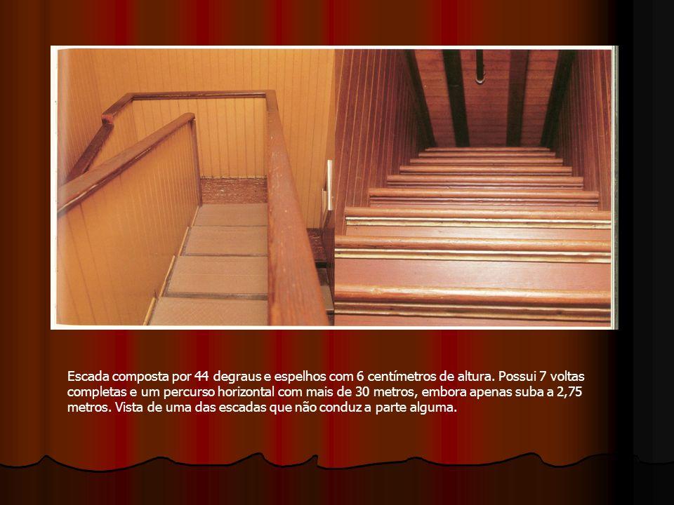 Escada composta por 44 degraus e espelhos com 6 centímetros de altura. Possui 7 voltas completas e um percurso horizontal com mais de 30 metros, embor