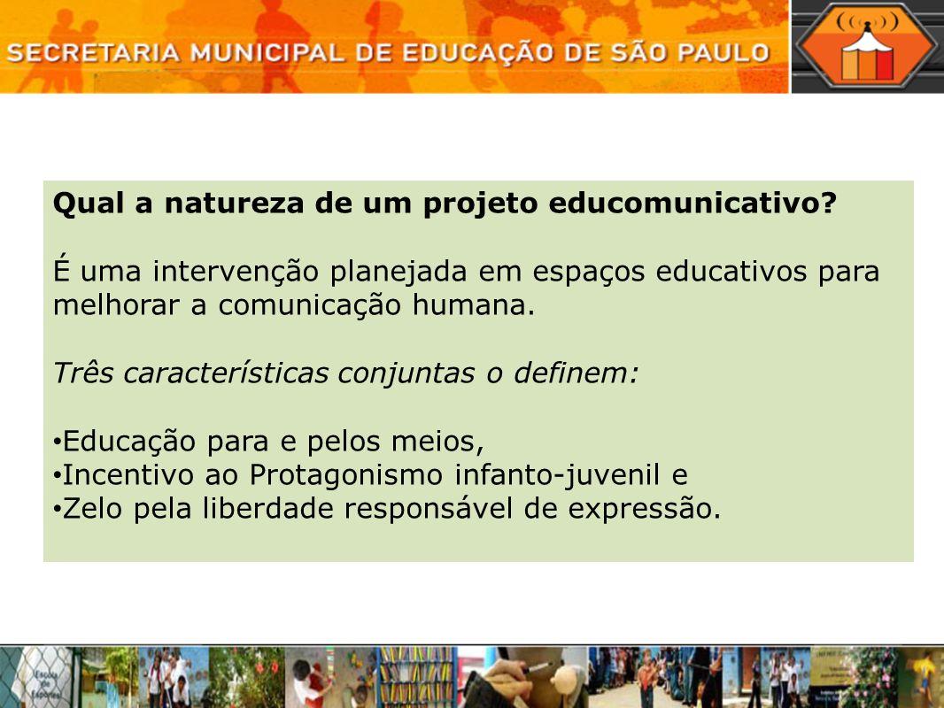 Qual a natureza de um projeto educomunicativo? É uma intervenção planejada em espaços educativos para melhorar a comunicação humana. Três característi