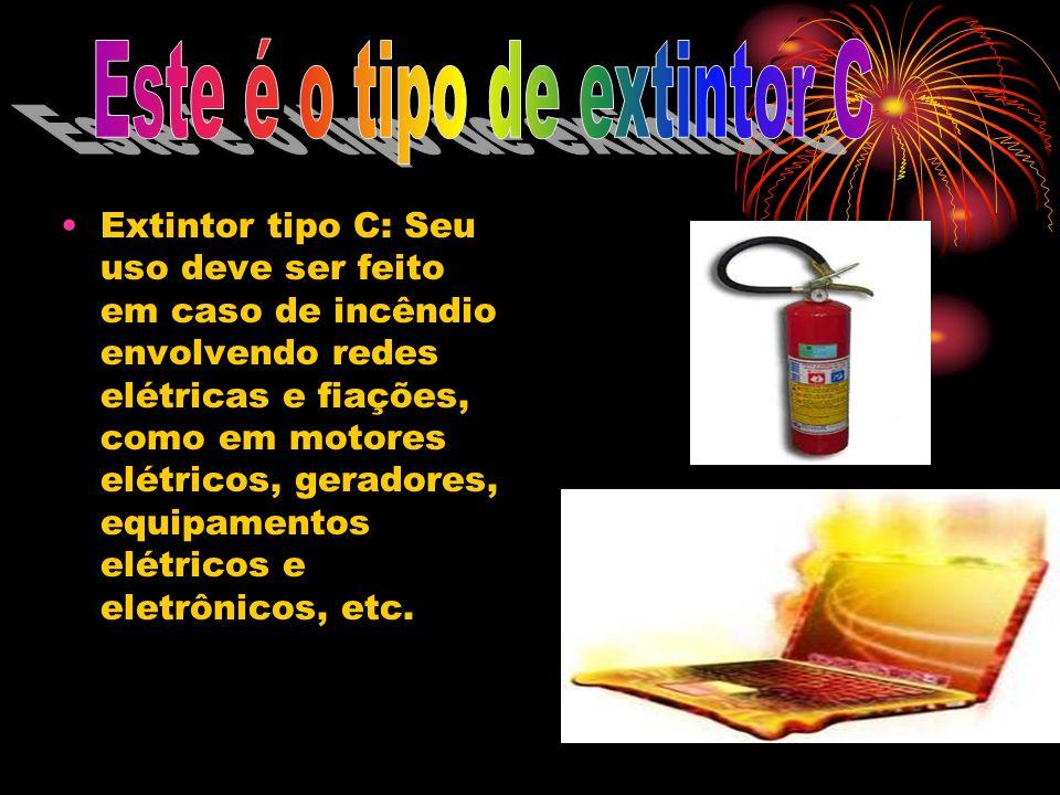 Extintor tipo C: Seu uso deve ser feito em caso de incêndio envolvendo redes elétricas e fiações, como em motores elétricos, geradores, equipamentos e