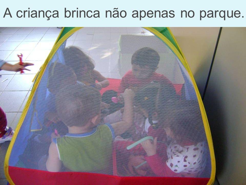 A criança brinca não apenas no parque.