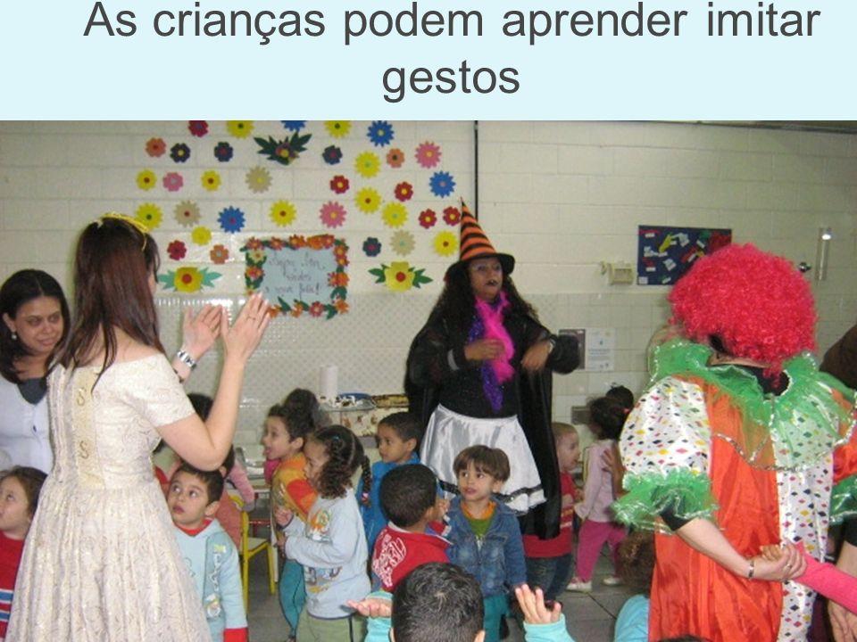 As crianças podem aprender imitar gestos