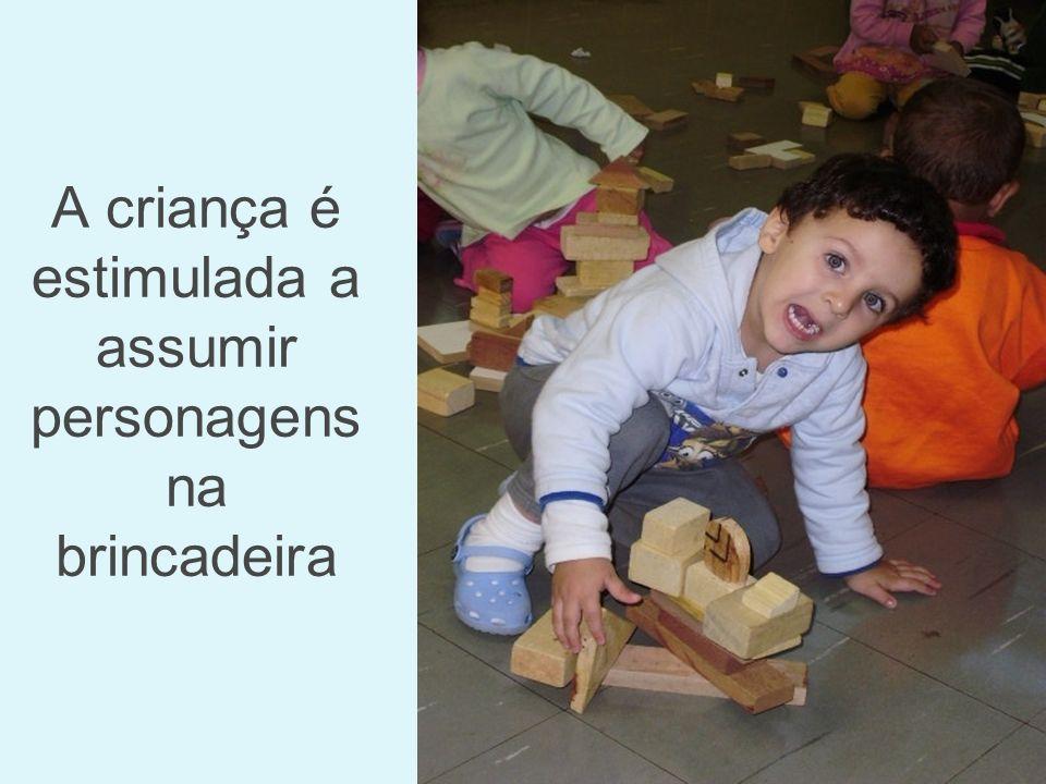 A criança é estimulada a assumir personagens na brincadeira