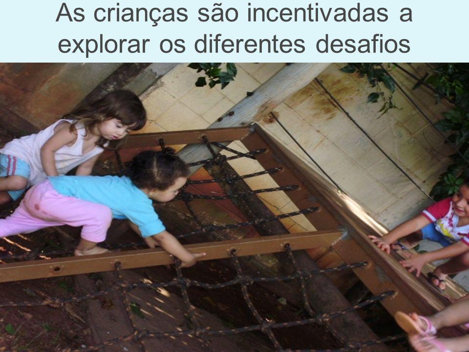 As crianças são incentivadas a explorar os diferentes desafios