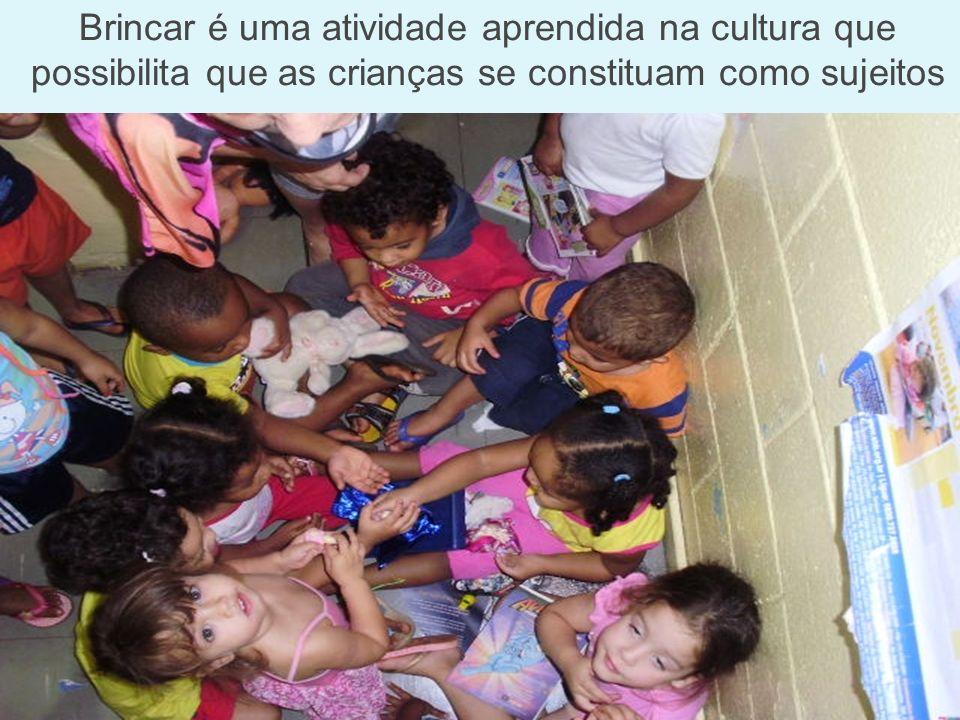 Brincar é uma atividade aprendida na cultura que possibilita que as crianças se constituam como sujeitos