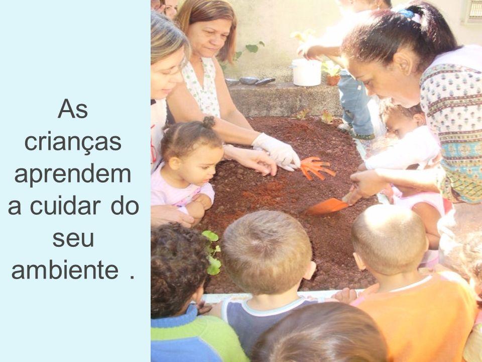 As crianças aprendem a cuidar do seu ambiente.