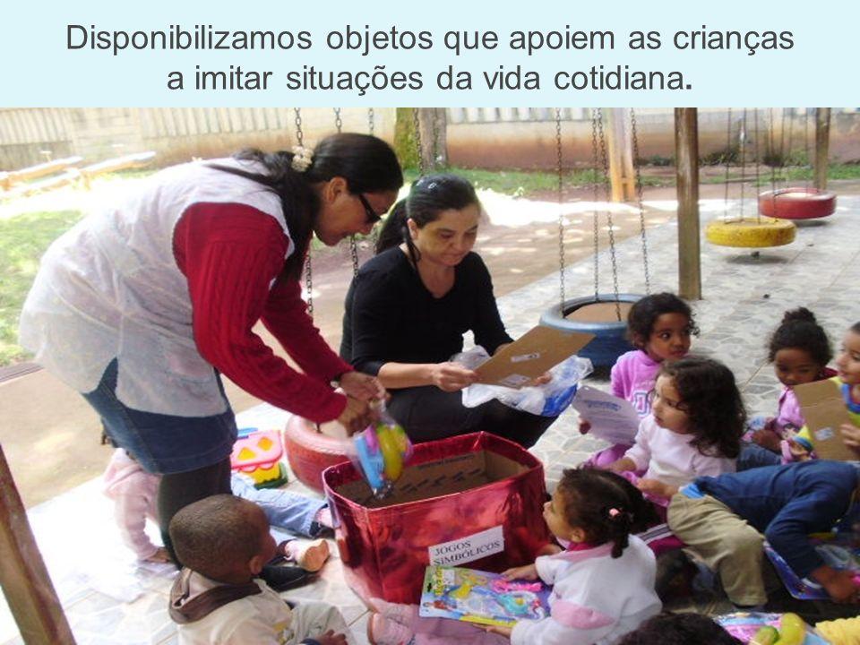 Disponibilizamos objetos que apoiem as crianças a imitar situações da vida cotidiana.