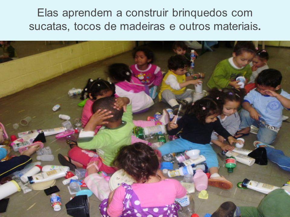 Elas aprendem a construir brinquedos com sucatas, tocos de madeiras e outros materiais.