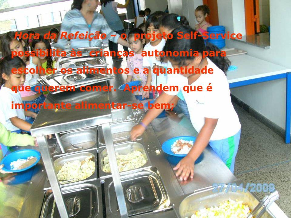 Hora da Refeição – o projeto Self-Service possibilita às crianças autonomia para escolher os alimentos e a quantidade que querem comer.