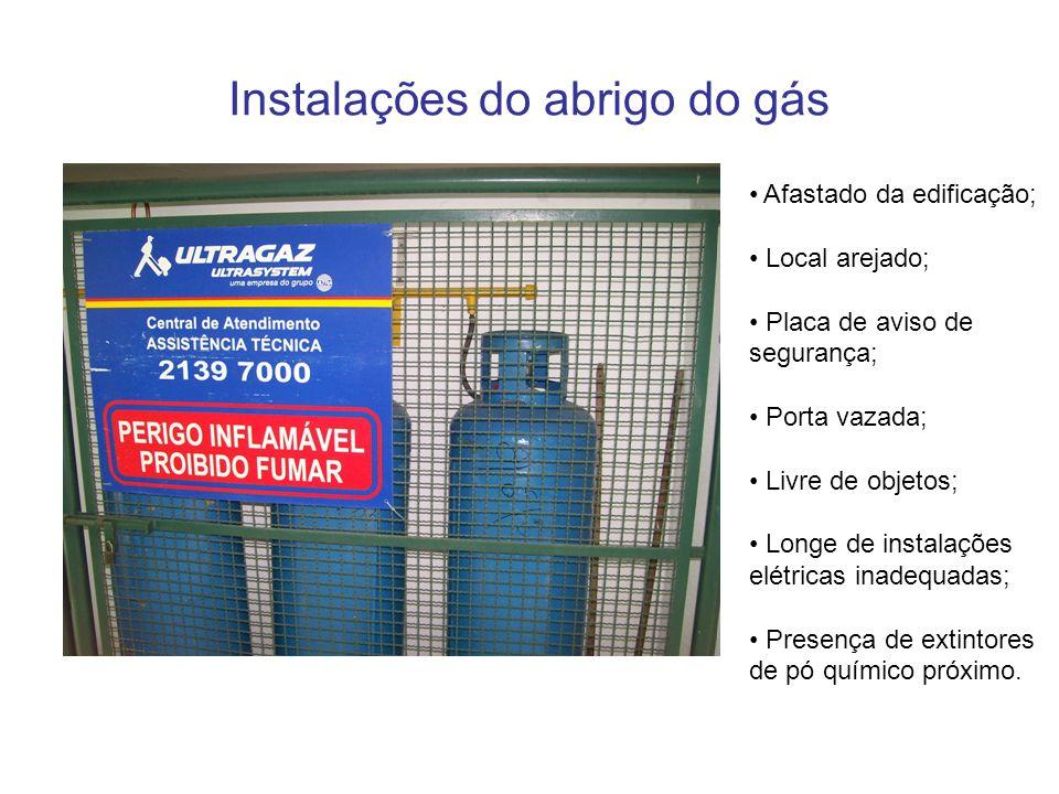 Instalações do abrigo do gás Afastado da edificação; Local arejado; Placa de aviso de segurança; Porta vazada; Livre de objetos; Longe de instalações