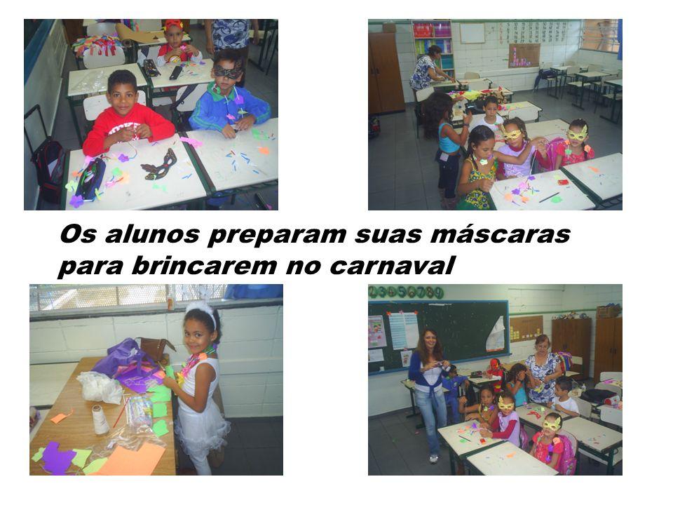 Os alunos preparam suas máscaras para brincarem no carnaval